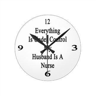 Todo está bajo control que mi marido es enfermera reloj redondo mediano