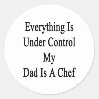 Todo está bajo control que mi papá es cocinero pegatina redonda