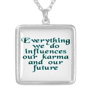 Todo hacemos las influencias nuestras karmas y collar plateado