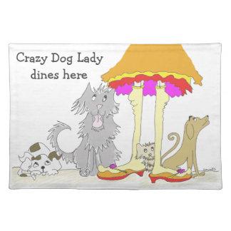 Todo procede a la señora loca del perro de la mantel