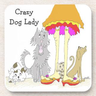Todo procede a la señora loca del perro de la posavasos de bebida