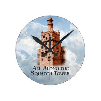 Todos a lo largo de la torre de Squatch - producto Reloj Redondo Mediano