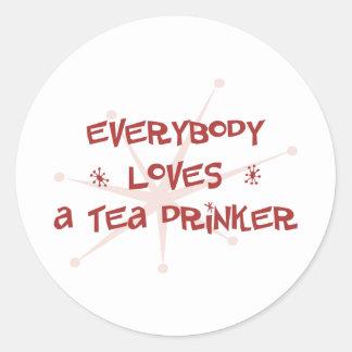 Todos ama a un bebedor del té pegatina redonda