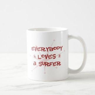 Todos ama a una persona que practica surf taza de café