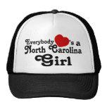 Todos corazones un chica de Carolina del Norte Gorros Bordados