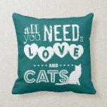 Todos lo que usted necesita son amor y gatos almohadas