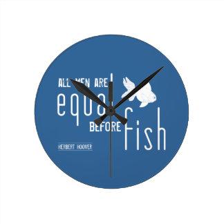 Todos los hombres son iguales antes de los reloj redondo mediano