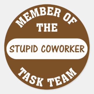 Todos mis compañeros de trabajo son idiotas pegatina redonda