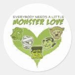 Todos necesita un pequeño amor del monstruo pegatina redonda