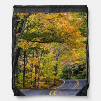 Toldo del otoño del color a lo largo de la mochilas