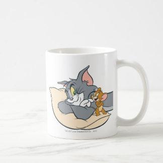 Tom y Jerry en la almohada Taza Básica Blanca