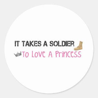 Toma a un soldado para amar a una princesa pegatina redonda