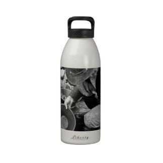 Toma panorámica para el oro blanco y negro botella de agua