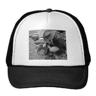 Toma panorámica para el oro blanco y negro gorras de camionero