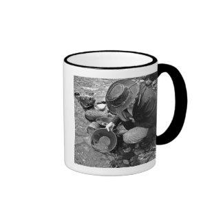 Toma panorámica para el oro blanco y negro tazas de café