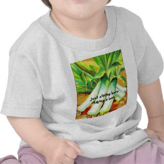 Tomando a un bebé del puerro embroma el camisetas