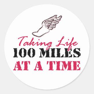 Tomando a vida 100 millas a la vez etiqueta