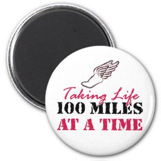 Tomando a vida 100 millas a la vez imán