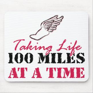 Tomando a vida 100 millas a la vez tapetes de ratón