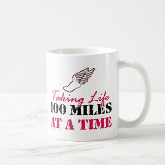 Tomando a vida 100 millas a la vez tazas
