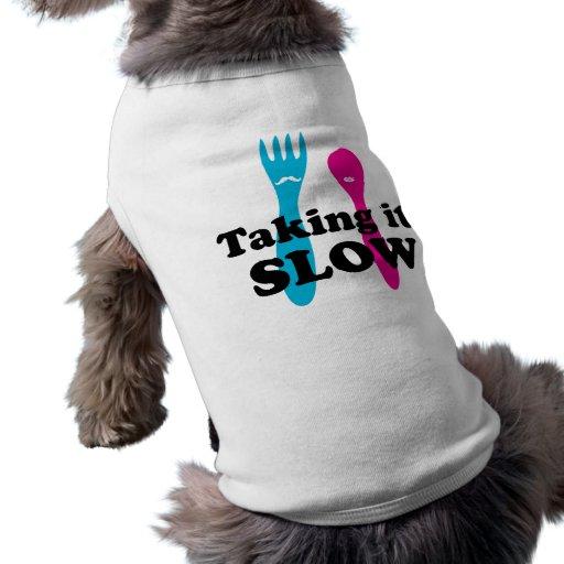 Tomándolo lento camisetas de perro