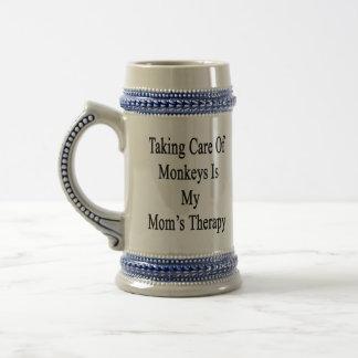 Tomar el cuidado de monos es la terapia de mi mamá jarra de cerveza