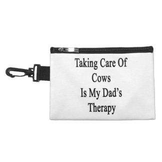 Tomar el cuidado de vacas es la terapia de mi papá