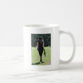 Tomar un tiempo pasado del paseo abajo taza de café
