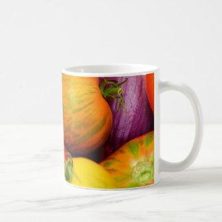 Tomates coloridos de la herencia tazas