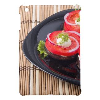 Tomates cortados frescos en un primer de la placa