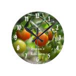 Tomates de cereza en la cocina de la vid reloj de pared