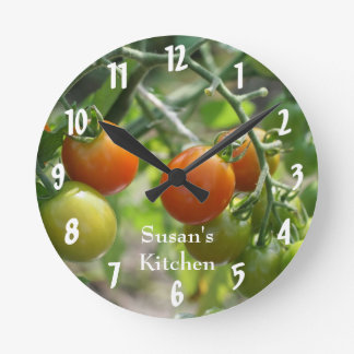 Tomates de cereza en la cocina de la vid reloj redondo mediano