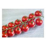 Tomates de cereza en la vid para el uso en los E.E Impresiones Fotograficas