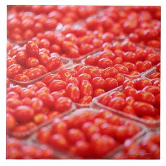 Tomates de cereza en una parada del mercado azulejo cuadrado grande