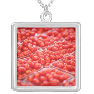 Tomates de cereza en una parada del mercado joyerías