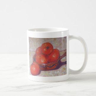 Tomates en un plato taza básica blanca