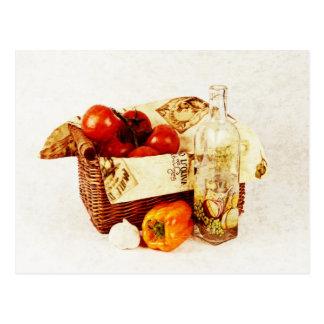 Tomates en una cesta y un aceite de oliva tarjetas postales