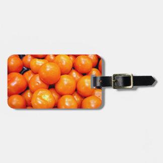 Tomates maduros regordetes etiquetas de maletas