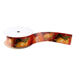 Tomates maduros rojos lazo de raso