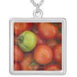 tomates rojos con un verde uno para la venta en collar plateado