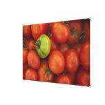 tomates rojos con un verde uno para la venta en impresión en lienzo