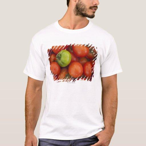 tomates rojos con un verde uno para la venta en playera
