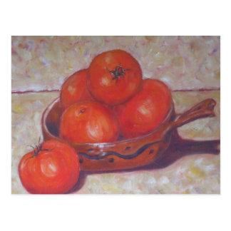 Tomates rojos en una postal del plato