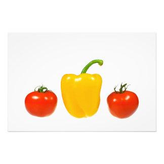 Tomates y pimienta con el fondo blanco impresiones fotograficas