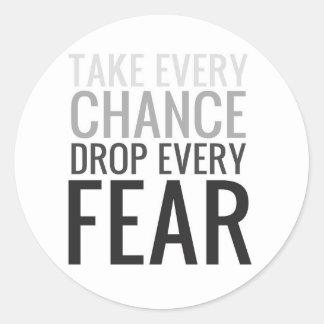 Tome a cada descenso de la ocasión cada miedo pegatina redonda
