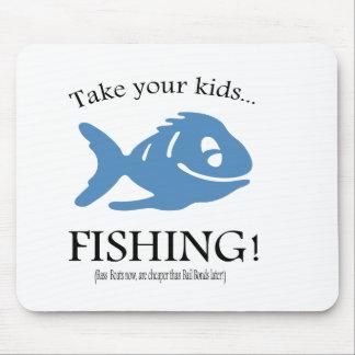 ¡Tome a sus niños la pesca! Alfombrillas De Ratón