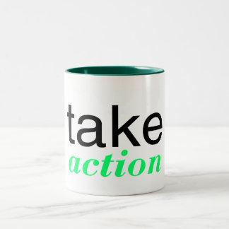 Tome el verde de la acción taza de dos tonos