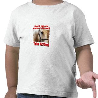 Tome la camiseta del niño de la acción