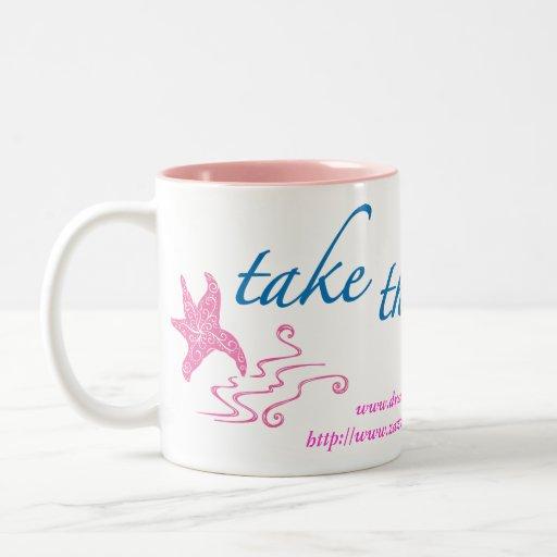 Tome la taza de café de la zambullida