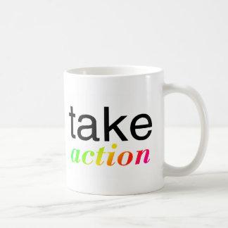 Tome multi de la acción coloreada taza